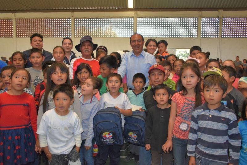 En Zacatelco se entregan 400 apoyos a estudiantes